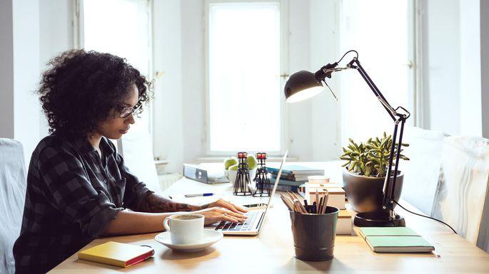 Mulher negra empreendedora usando ferramentas grátis da Google para Marketing Digital